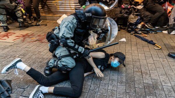 6日,警方拘捕了數十名蒙面年輕人。( Anthony Kwan/Getty Images)
