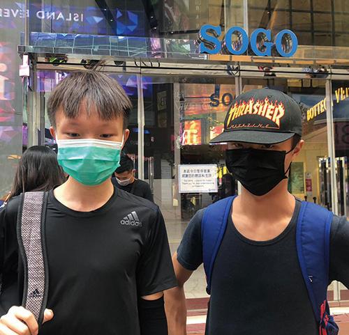 陳同學(右)和麥同學。(梁珍/大紀元)