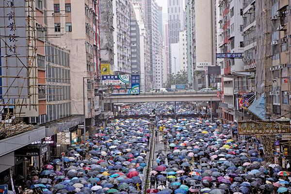 網民周日(6日)發起「反緊急法大遊行」於九龍、港島同時遊行。圖為港島區的遊行隊伍。(余鋼/大紀元)