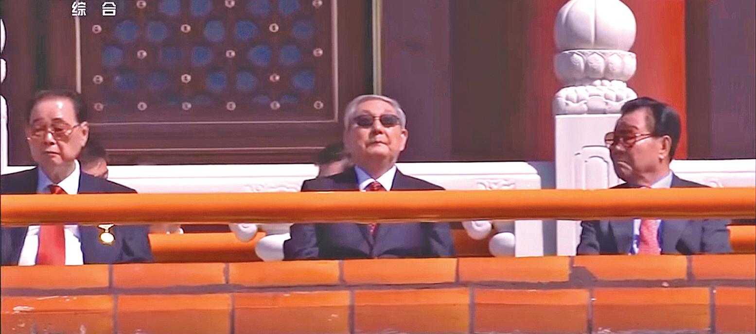 2015 年9 月3 日的抗戰閱兵式,中共前總理朱鎔基(中)到場,坐在李鵬(左)和李瑞環(右)之間。( 影片截圖)