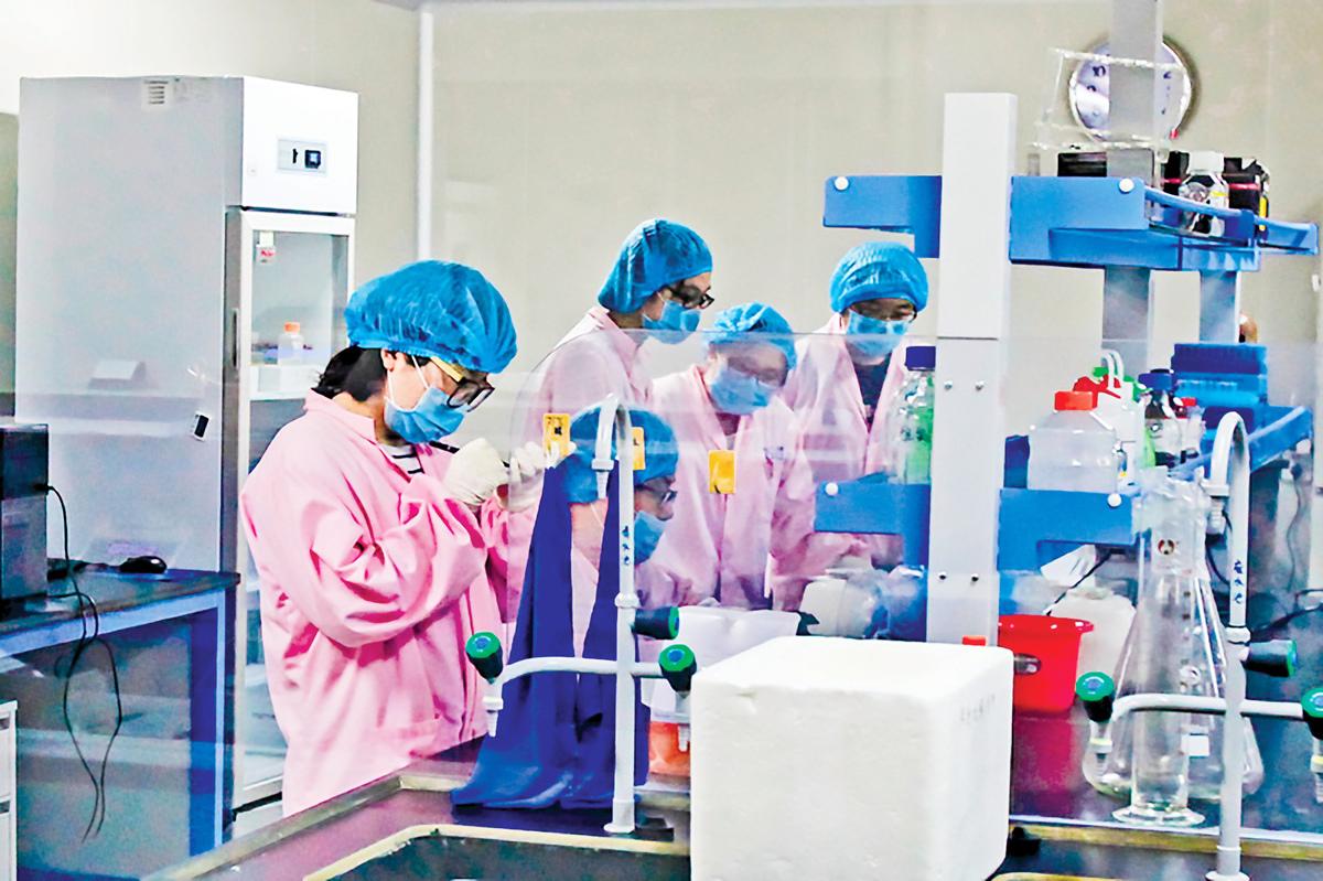 中共正在全國乃至全球範圍內收集基因信息,圖為中國一個基因實驗室的人員在做實驗。(大紀元資料室)