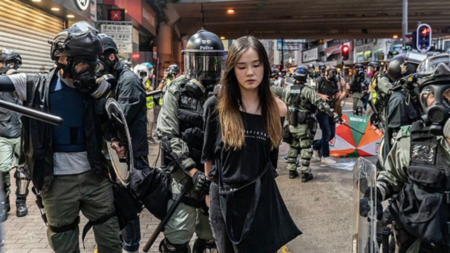 從《逃犯條例》到《禁蒙面法》,港府一次次激怒港人,引爆全民抗爭。圖為警方拘捕一名女抗爭者。(Anthony Kwan/Getty Images)