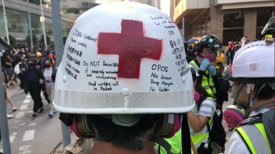 香港急救員在頭盔上的「遺言」和PTT上一首題為〈我的遺書在口袋裏了〉的詩詞,令許多網友淚崩。(網絡截圖)