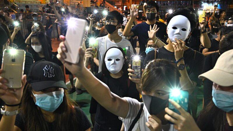 10月5日是港府實施《禁蒙面法》首日,大批港人無懼被捕的危險,繼續走上街頭抗議,並呼籲舉行罷工、罷市、罷課三罷行動。(PHILIP FONG/AFP via Getty Images)