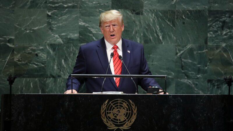 特朗普9月24日在聯合國大會上發表講話,警告中共必須尊重香港的民主,以及遵守《中英聯合聲明》賦予的香港半自治權。(Drew Angerer/Getty Images)