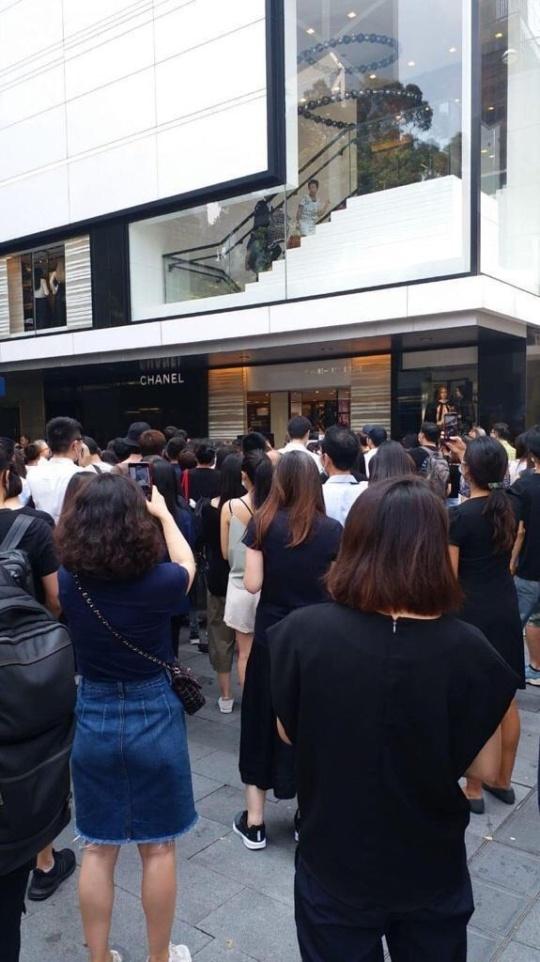 有人爆光10.1荃灣開槍警員太太任職的商店後,引起數十人在店外抗議,表達不滿。(網絡圖片)