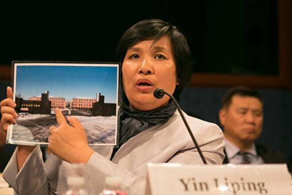 2016年4月14日在國會舉辦主題為「中國廣泛使用酷刑」的聽證會上,尹麗萍向美國國會議員展示遼寧省馬三家教養院照片。(李莎/大紀元)