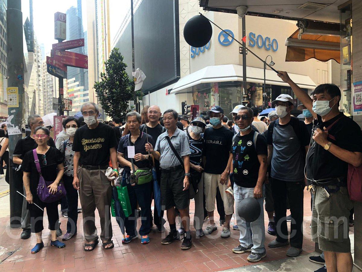 在銅鑼灣的10.1大遊行隊伍中,有20名曾經不堪中共暴政偷渡來的老人參加了抗中共,爭自由的大遊行。(梁珍/大紀元)