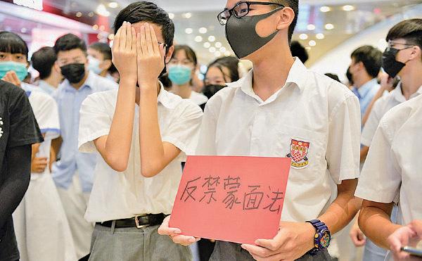 10月4日《禁蒙面法》實施前一晚,大批學生聚集元朗形點商場(Yoho Mall) ,高叫「六大訴求,缺一不可」及高唱反送中歌曲《願榮光歸香港》等。(余天佑/大紀元)