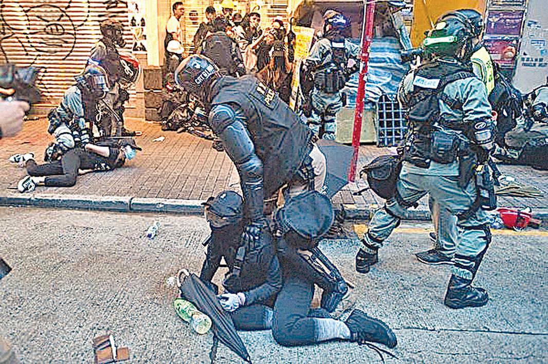 2019年10月6日,在灣仔區爆發警民衝突,警方逮捕一名示威者。(MOHD RASFAN/AFP via Getty Images)