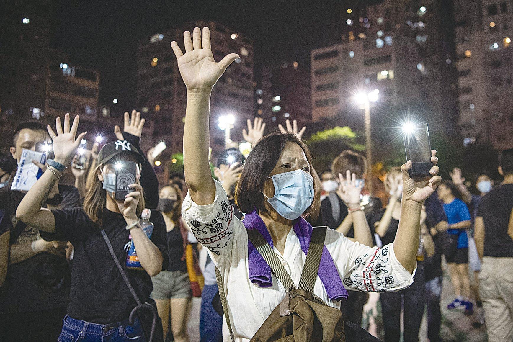 2019年10月5日,香港民眾發起港島遊行。深水埗區,民眾伸出五個手指表達「五大訴求 缺一不可」。(Laurel Chor/Getty Images)