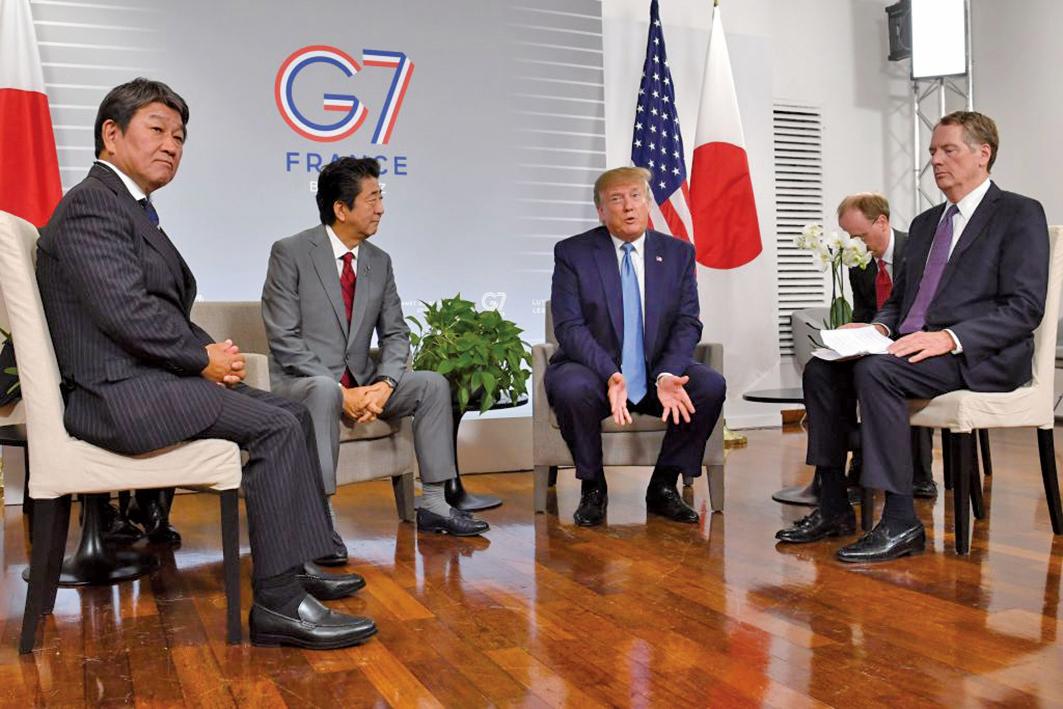 圖為美日首長與貿易代表出席在G7峰會期間的雙邊會議。(AFP)