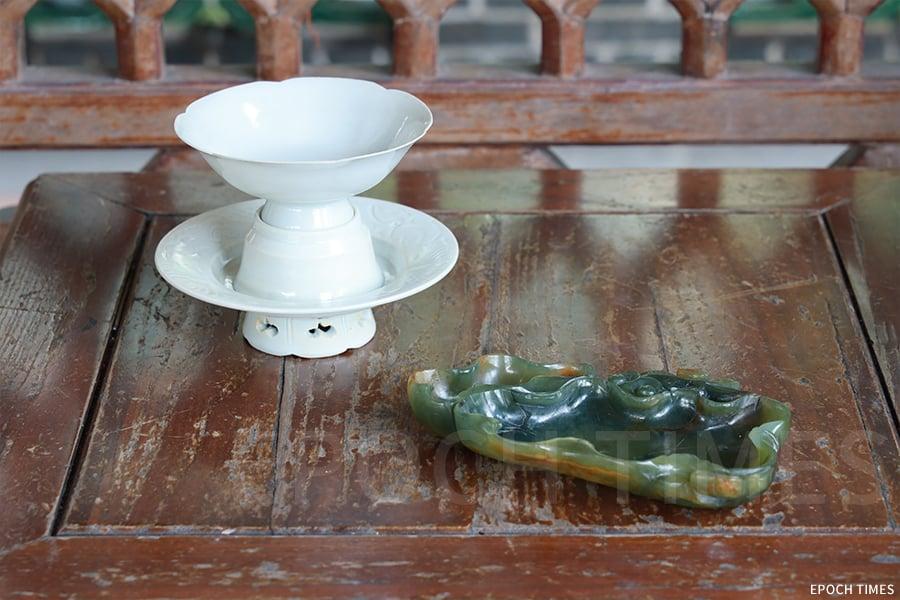 黃憬珩的收藏品:南宋影青花口盞托(左);清道光巧色翡翠荷葉水洗(右)。(陳仲明/大紀元)