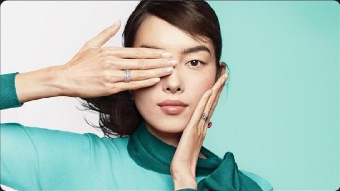 Tiffany10月7日發佈的廣告圖上,中國超模孫菲菲擺出遮掩右眼的姿勢,展示右手上佩戴的Tiffany戒指。(推特截圖)