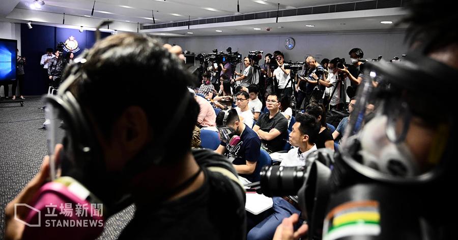 記者抗議警方強扯面罩 警方拒道歉