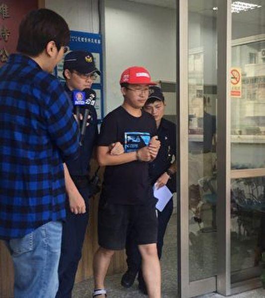 台灣大學校內連儂牆10月7日上午遭人破壞,北市警方獲報展開追查,迅速將涉案陸客李姓男子(戴紅帽者)帶回偵訊。(中央社)