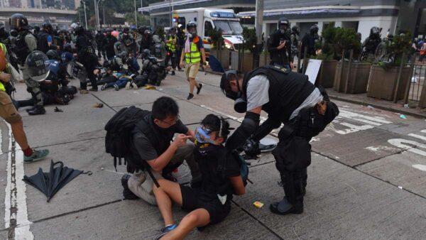 圖為9月29日,香港警察和偽裝的便衣人員大規模抓捕抗爭者。(AFP/Getty Images)