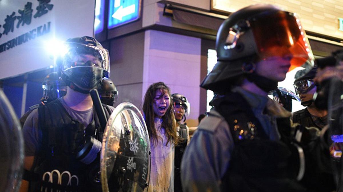 現在的香港被港人稱為「警察城市」,港警任意抓捕民眾。(MOHD RASFAN/AFP via Getty Images)