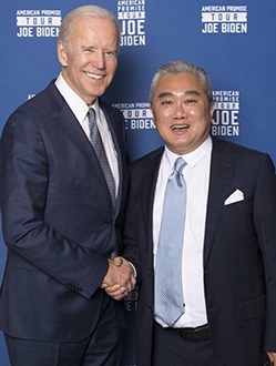 桑頓公司合夥人之一台裔林俊良在中美兩國政商圈建立了廣泛脈絡。他的個人臉書介紹他是渤海華美的發起人。這是他與拜登的近照( Facebook)