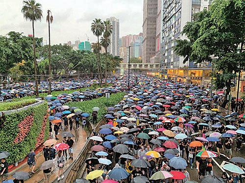 8月18日,維園170萬人在風雨中集會,壯觀遊行隊伍兵分三路,站滿軒尼詩道、怡和街等。(駱亞/大紀元)