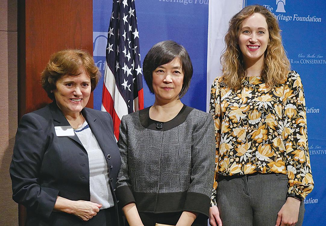 保守婦女組織Clare Boothe Luce Center for Conservative Women主席Michelle Easton(左)、曾錚(中)、「傳統基金會」德沃斯宗教與公民社會中心的研究人員Melanie Israel(右)(李辰/大紀元)