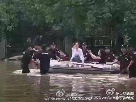 近日,大陸網絡熱傳江蘇南京一女官員「指揮抗洪」時疑似擺拍照片,網民諷刺該官員「女王式」的架勢。官方關於該女官員生病的解釋,網民斥:太無恥。圖為南京女官員疑似擺拍照片。(網絡圖片)
