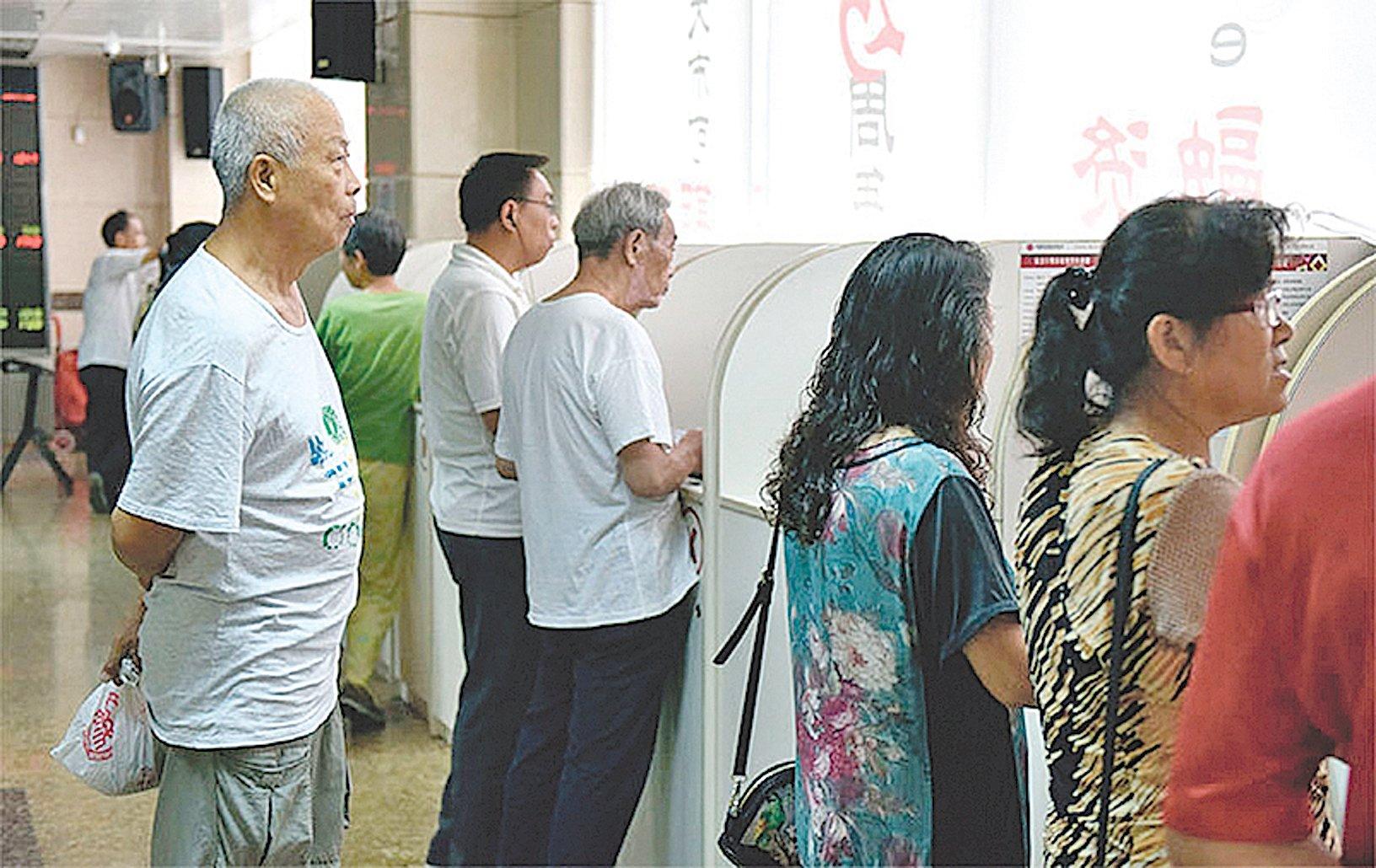 克魯明的中國教師爺論,令人啼笑皆非。圖為今年8月北京一家證券公司內觀望中國股市的老人。(Getty Images)