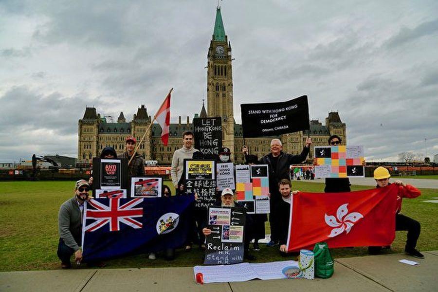 「渥太華人撐香港」組織10日6日在國會山集會,聲援香港民眾反《禁蒙面法》行動,並呼籲國際關注香港民眾的和平抗爭。(任僑生/大紀元)