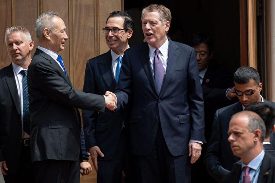 10月10日,中美將舉行高級別貿易談判。彭博社引述知情人士稱,若美方不再加徵關稅,中方願意做出非核心讓步。圖為5月初劉鶴赴美談判。(SAUL LOEB/AFP)