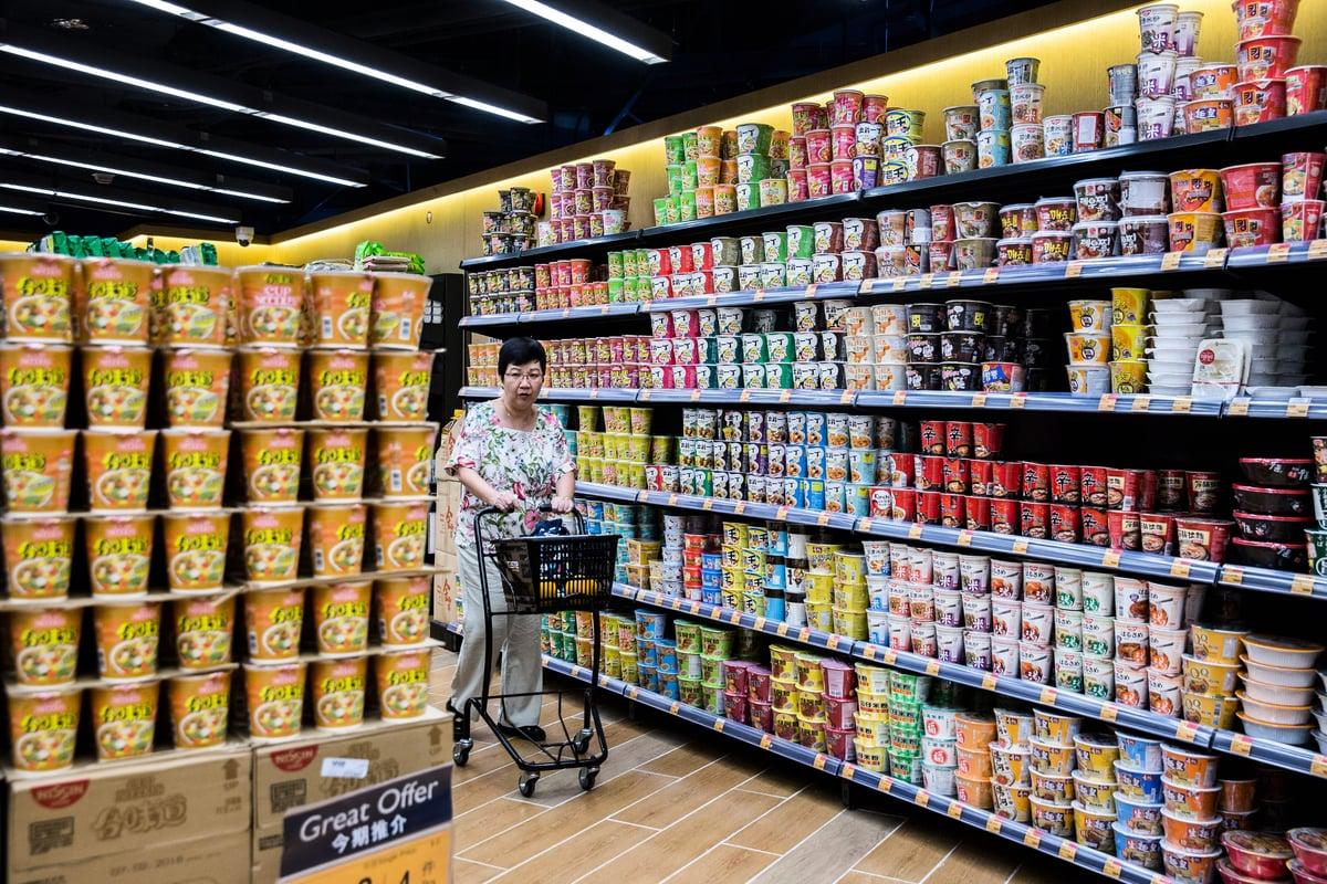 中國公仔麵銷量回升,去年賣破4百億包,顯示消費降級;在大陸經濟下行、貿易戰升級的背景下,大陸各項經濟指標持續惡化。(ISAAC LAWRENCE/AFP/Getty Images)