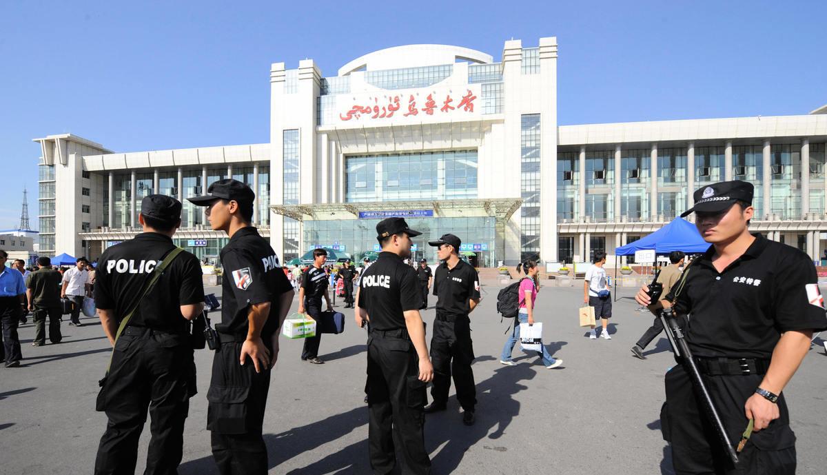 近期,美國商務部將新疆公安廳及其19個下屬機構列入黑名單。美方表示,這是對中共當局侵犯新疆人權、實施監控的懲罰。美國此輪針對新疆公安機構的制裁,對香港警隊的震懾意味,令人關註。(AFP/Getty Images)