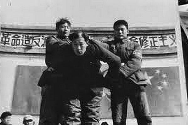 文革中被打倒的北京市副市長吳晗挨批鬥的場景。 (網絡圖片)