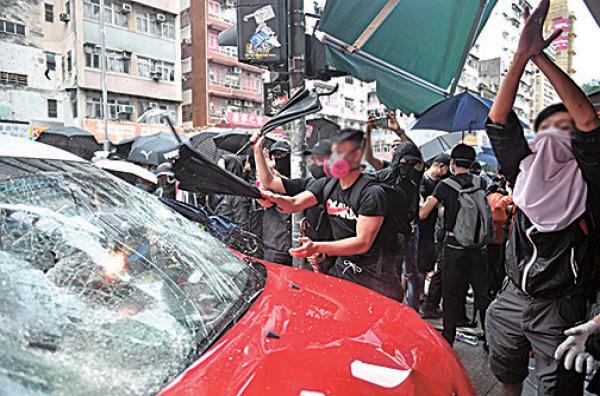 的士加速撞向民眾,引起公憤,最後的士和其司機都被現場的民眾私了。(Getty Images)