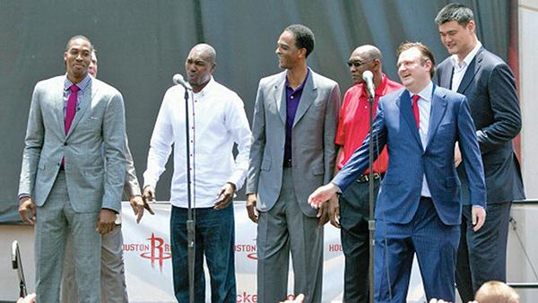 NBA火箭隊總經理莫雷(右2)與球員們在活動現場。(Getty Images)