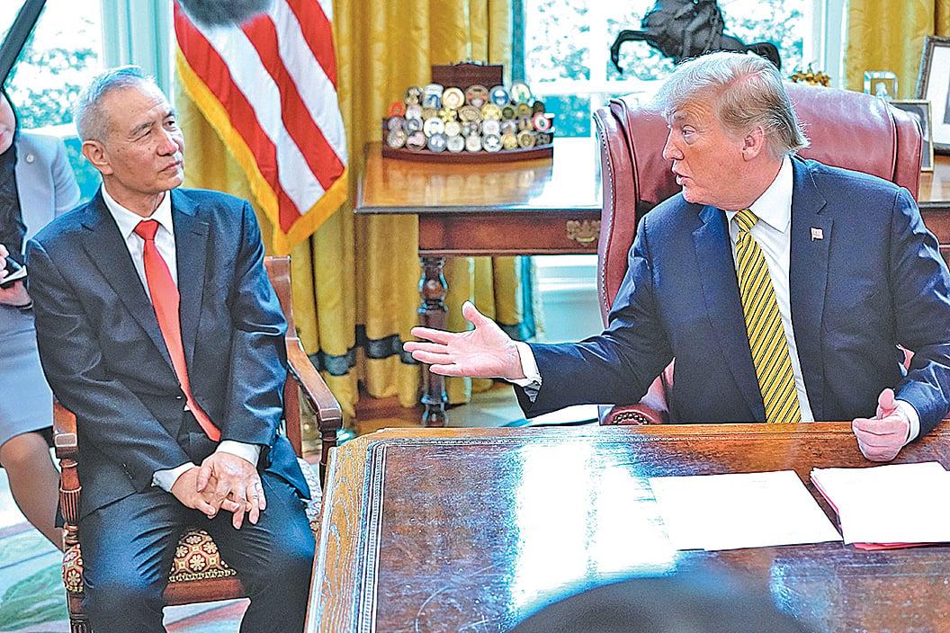 2019年 4月 4日,美國總統特朗普在白宮橢圓形辦公室會見中共國務院副總理劉鶴。(ChipSomodevilla/Getty Images)