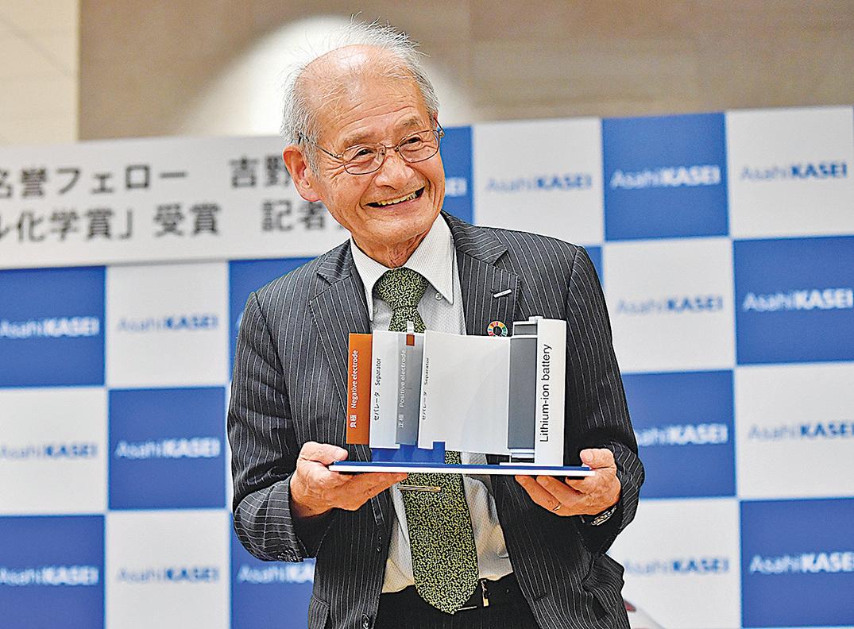 吉野彰10月9日在記者會上展示一個鋰電池模型。(Getty Images)