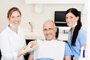 活動假牙與植牙的差異 讓口腔專業醫生告訴你