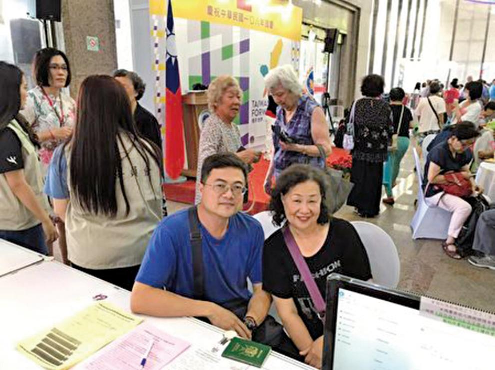 僑胞劉宴良(左)強調,海外僑胞一定會運用自身資源推展國民外交,將台灣行銷到國際舞台。(圖/僑委會提供)