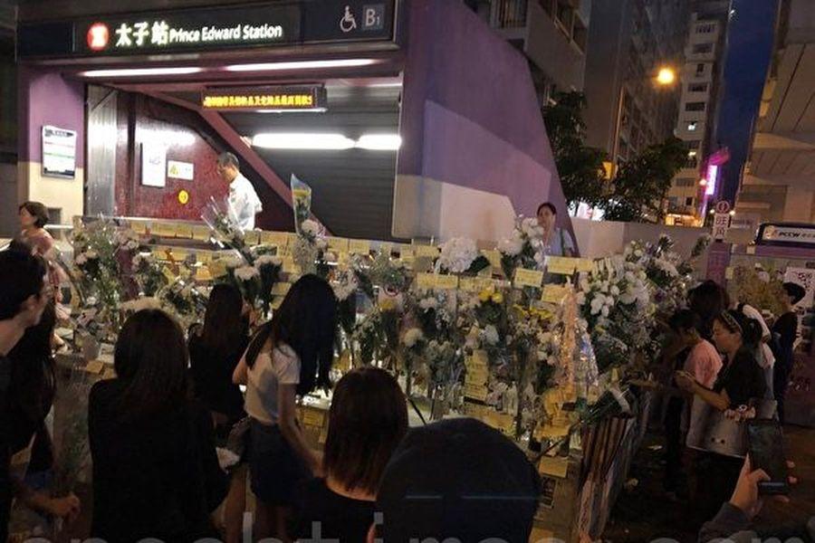 8月31日晚,港警闖入太子站無差別地暴打市民。圖為在太子站外的連儂牆和鮮花。(余天祐/大紀元)