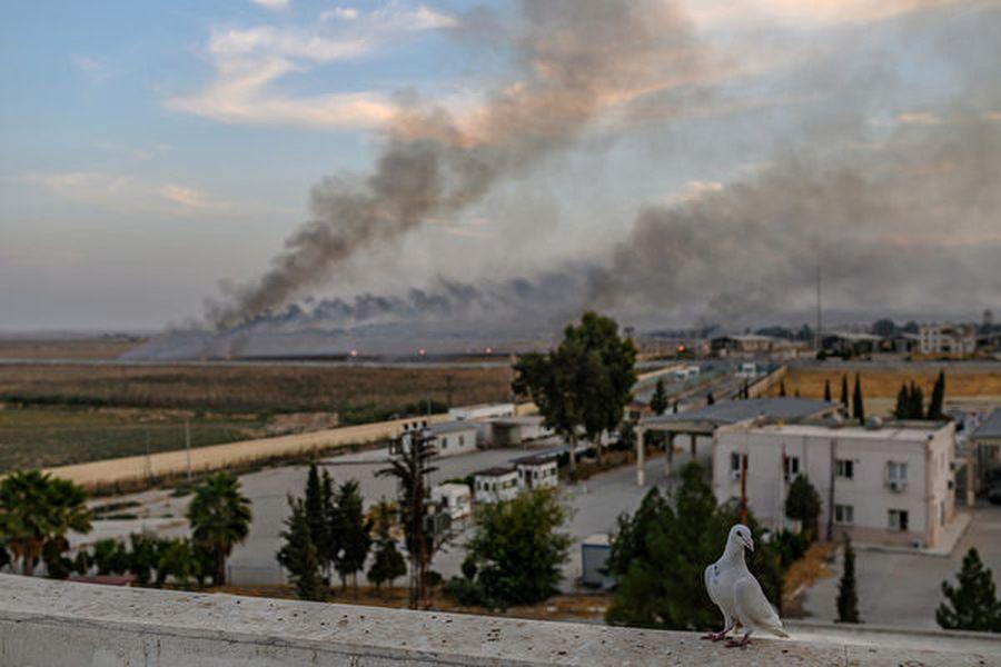 美國總統特朗普周四(10月10日)表示,在土耳其對敘利亞東北部發動進攻之後,美國有三種選擇方案應對。圖為10月10日遭襲擊地區。(Photo by BULENT KILIC/AFP)