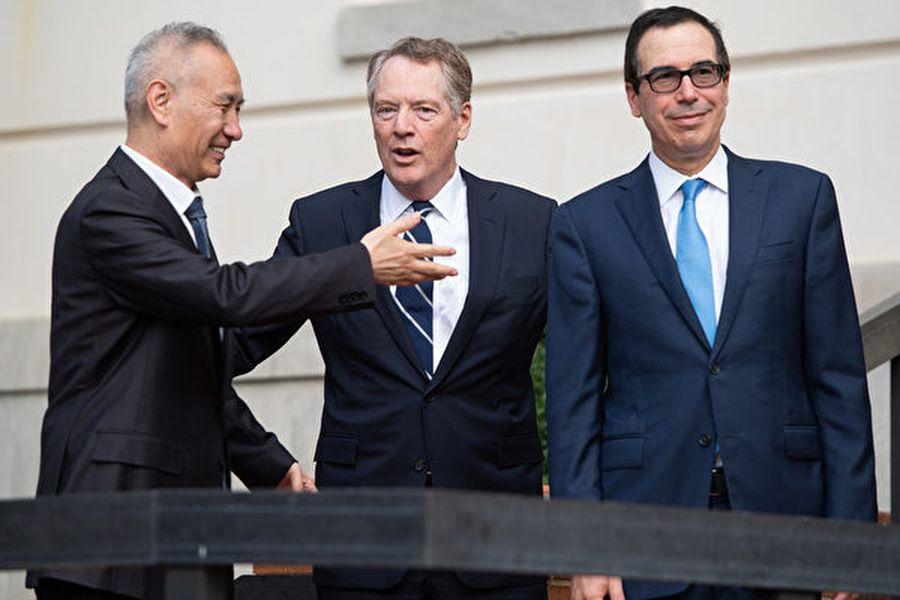 周四,由劉鶴率領的貿易團隊在華盛頓與美國貿易代表羅伯特・萊特希澤(Robert Lighthizer)和財政部長史蒂芬・姆欽(Steven Mnuchin)展開高級貿易談判。(Photo by SAUL LOEB/AFP)