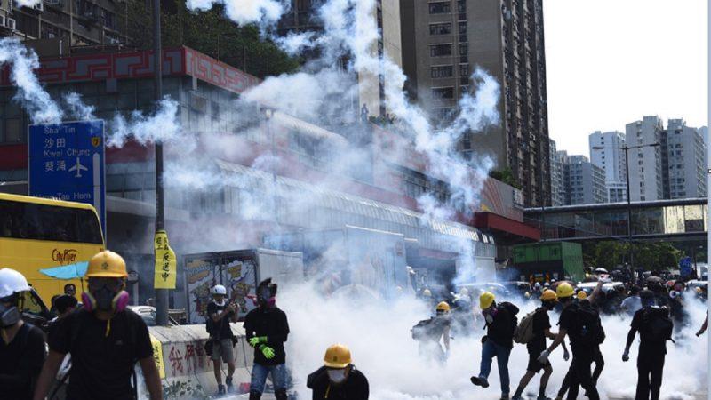 香港《逃犯條例》修訂引發的爭議持續,抗爭者8月5日在7區集會,過程中各區都出現抗爭者堵路情況,其中黃大仙爆發激烈警民衝突,警方施放多枚催淚彈。(香港中通社提供/中央社)