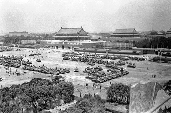 6月4日上午,佔據天安門前及長安街上的坦克、裝甲車、軍車。前面是坦克,後面是裝甲車,觀禮台前停著軍車。(網友「不再沉默」提供)