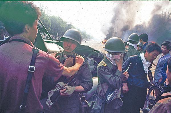 1989年的6月3日深夜到6月4日凌晨,中共軍隊的坦克和裝甲車進入北京,開槍射殺了大批學生及市民。(Jian Liu提供)
