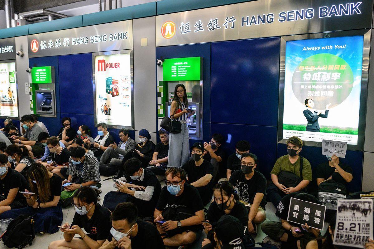 香港特首林鄭月娥宣佈頒佈《禁止蒙面規例》令局勢升級,港人擔心局勢進一步惡化,許多香港民眾紛紛趕往ATM提款,導致ATM擠兌潮,部分自動提款機因此出現現鈔不足的情況。中國銀行在香港五家分行日前也暫停服務。( Philip FONG / AFP/Getty Images)