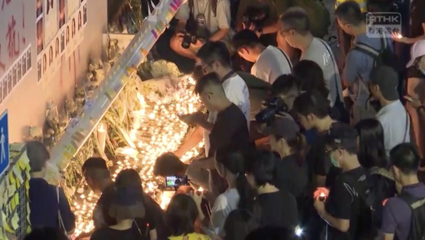 11日晚,油塘一帶有大批市民聚集,為陳彥霖送上最後的祝福。(視頻截圖)