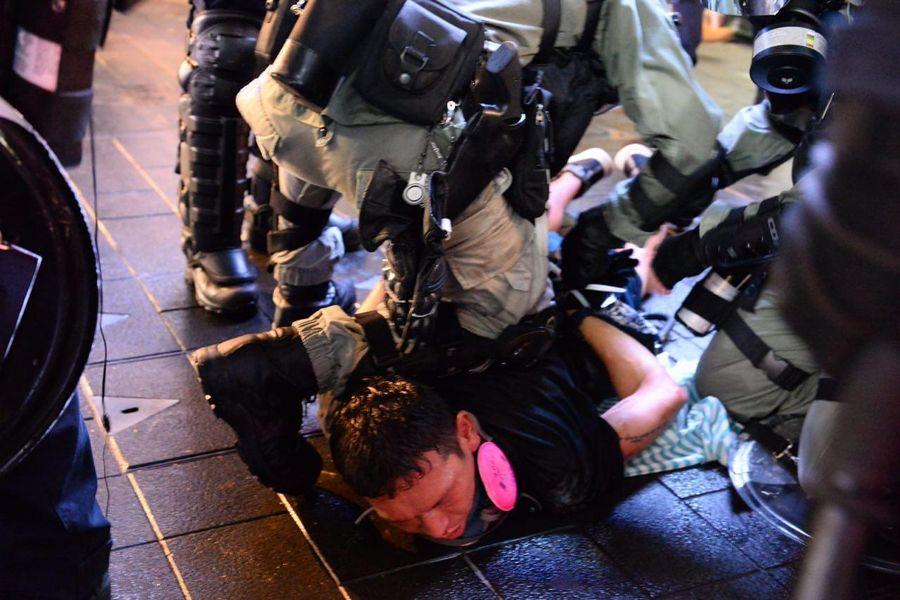 8月31日反送中游行中,警方在銅鑼灣暴力抓捕抗爭者。(宋碧龍/大紀元)