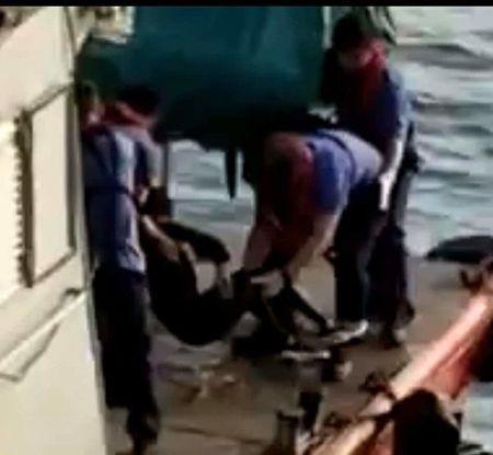 10月8日,海怡半島附近海面上發現一具身穿黑衣、黑鞋的女性浮屍。(影片截圖)