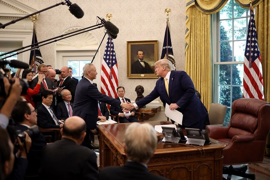 周五(10月11日),中美貿易談判結束,美國總統特朗普在白宮接見中共副總理劉鶴時表示,中美達成第一階段貿易協議,在多個議題上獲得進展。(Photo by Win McNamee/Getty Images)