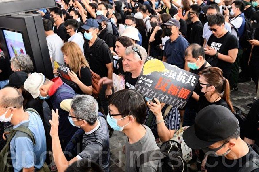 【10.12反緊急法】港人再抗議 現「全民抗共」標語